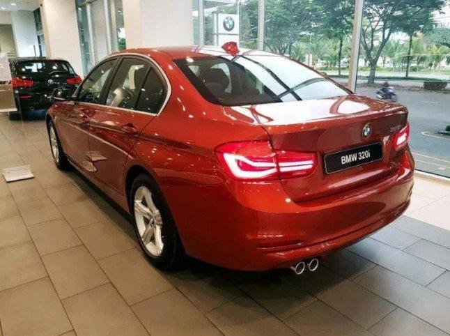 Đánh giá xe BMW 320i 2019: Đuôi xe.
