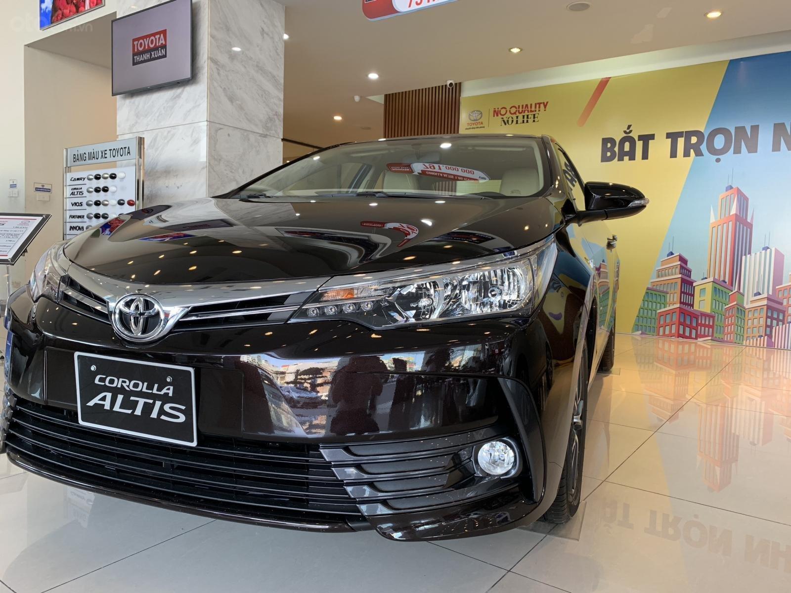 Đánh giá xe Toyota Corolla Altis 2019 1.8G CVT về thiết kế đầu xe a3