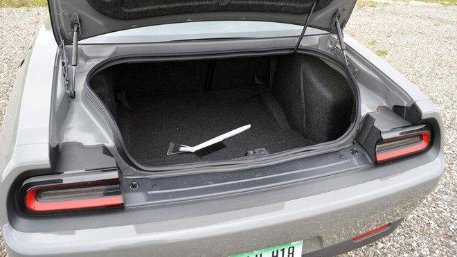 Tóm gọn tội phạm truy nã trốn trong cốp xe Dodge Challenger bán đấu giá a1