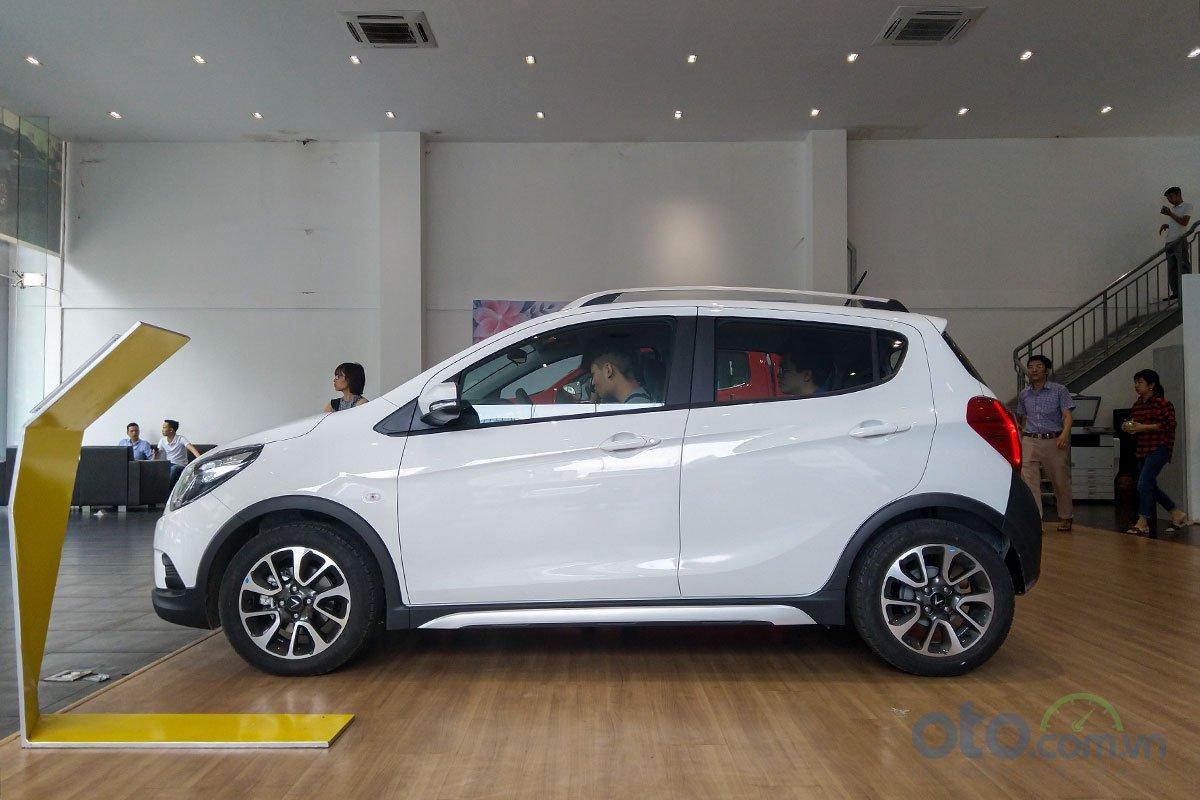 Đánh giá xe VinFast Fadil 2019: Trụ B được sơn đen với giá 1,1 triệu đồng.