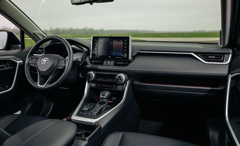 So sánh Mazda CX-5 với Toyota RAV4 2019.