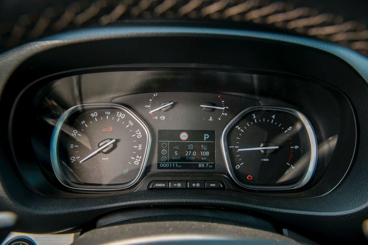 So sánh Kia Sedona2019 và Peugeot Traveller 2019 về nội thất 7