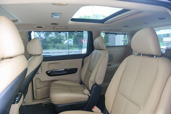 So sánh Kia Sedona2019 và Peugeot Traveller 2019 về nội thất.