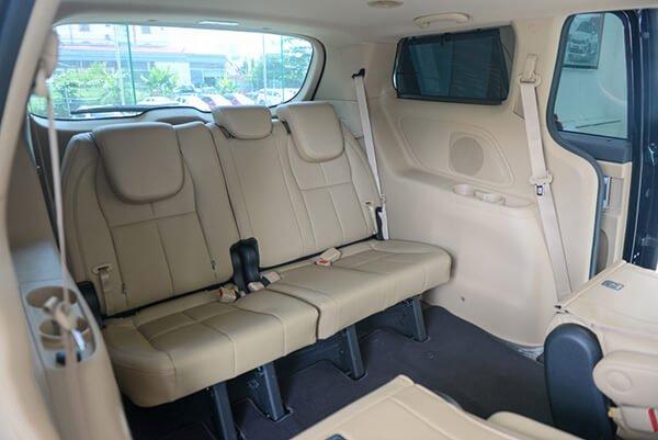 So sánh Kia Sedona2019 và Peugeot Traveller 2019 về nội thất 5