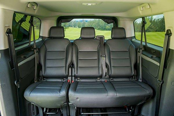 So sánh Kia Sedona2019 và Peugeot Traveller 2019 về nội thất 3