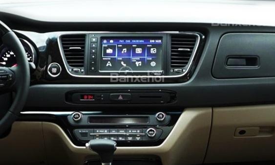 So sánh Kia Sedona 2019 và Peugeot Traveller 2019 về trang bị giải trí.