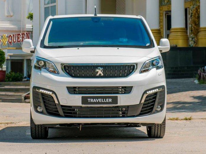 So sánh Kia Sedona2019 và Peugeot Traveller 2019 về đầu xe 3