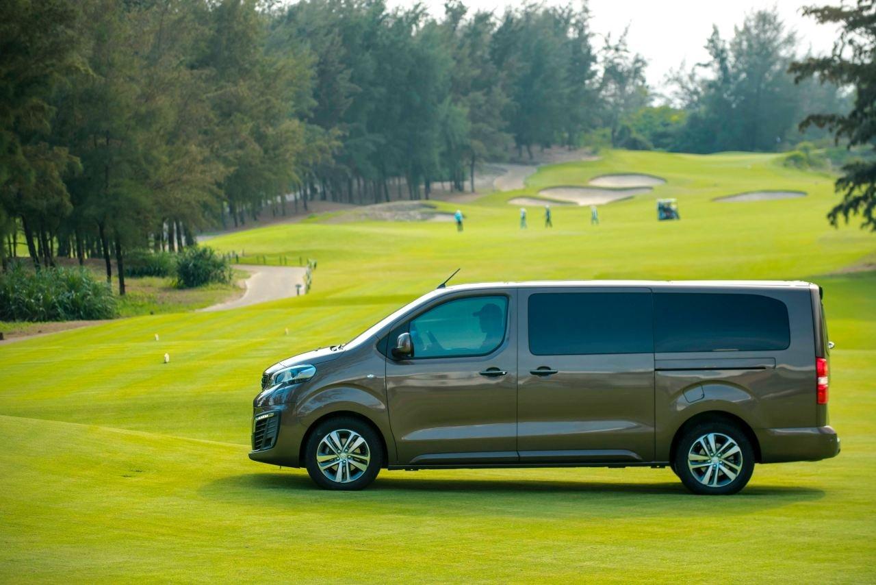 So sánh Kia Sedona2019 và Peugeot Traveller 2019 về thân và đuôi xe 3