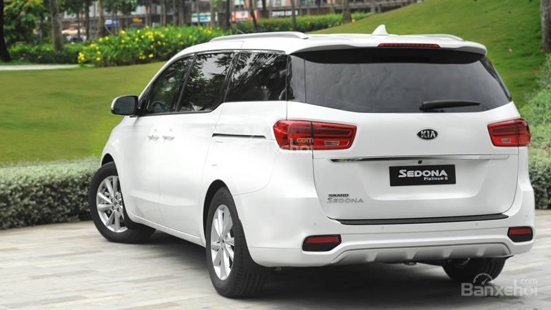 So sánh Kia Sedona2019 và Peugeot Traveller 2019 về thân và đuôi xe 5