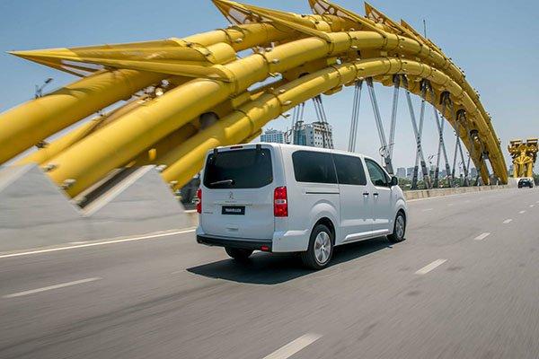 So sánh Kia Sedona 2019 và Peugeot Traveller 2019 về thân và đuôi xe 7