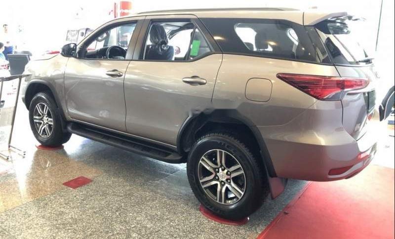 Cần bán xe Toyota Fortuner đời 2019, màu bạc-3
