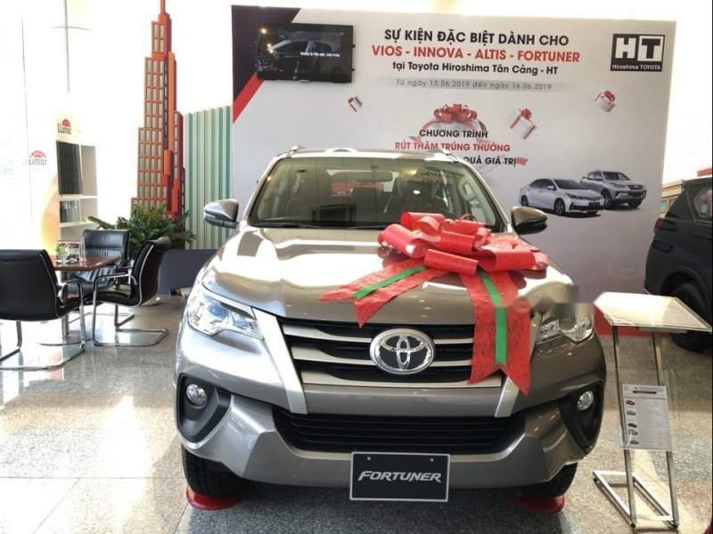 Cần bán xe Toyota Fortuner đời 2019, màu bạc-0