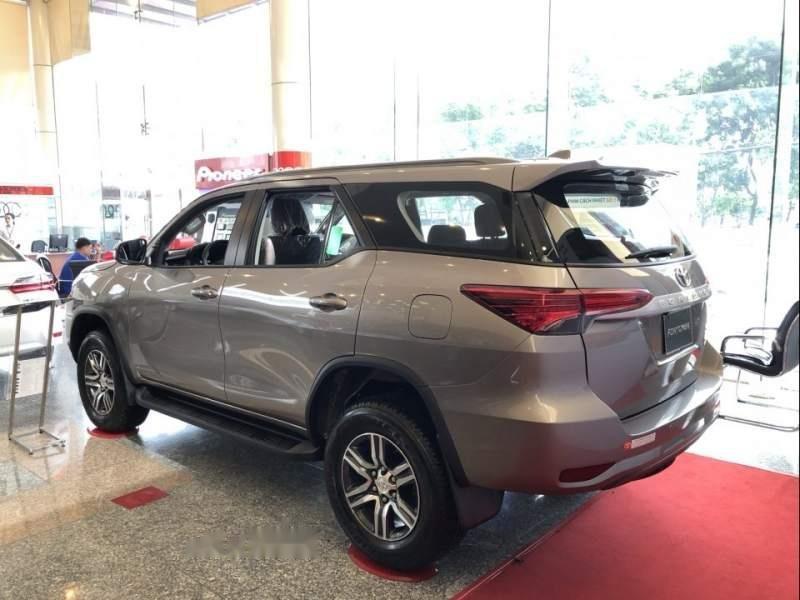 Cần bán xe Toyota Fortuner đời 2019, màu bạc-2