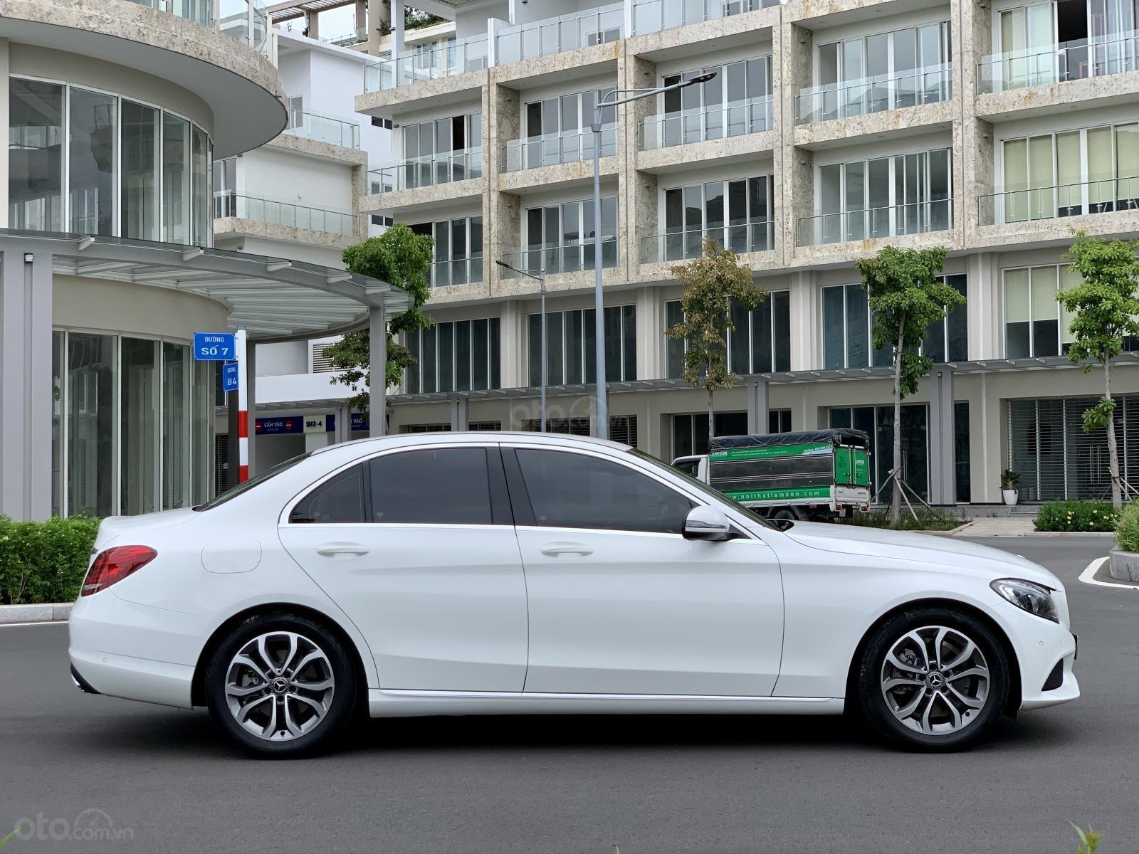Cần bán Mercedes C200 2018, màu trắng /kem hộp số 9 cấp, loa bumaster-2