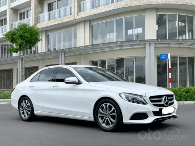 Cần bán Mercedes C200 2018, màu trắng /kem hộp số 9 cấp, loa bumaster-9