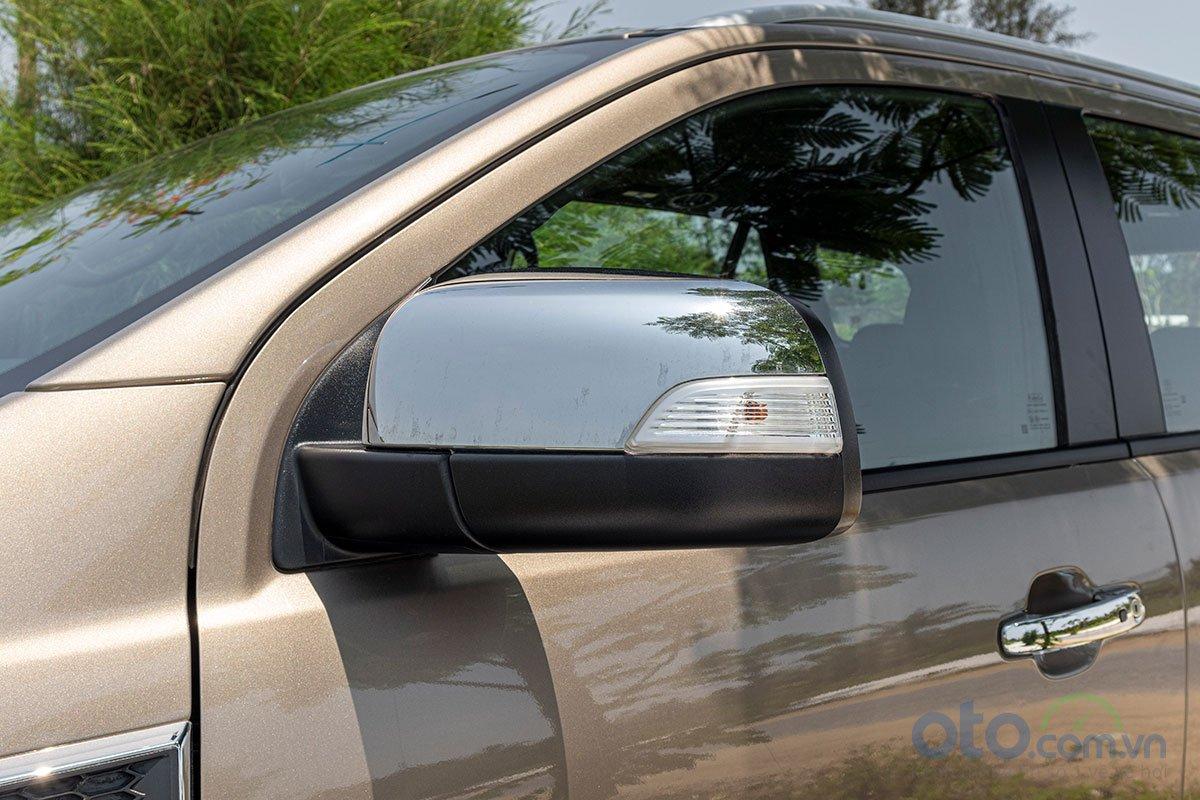 Đánh giá xe Ford Everest Titanium 2.0L Bi-Turbo 2019: Gương chiếu hậu bên ốp crôm và tích hợp xi-nhan.