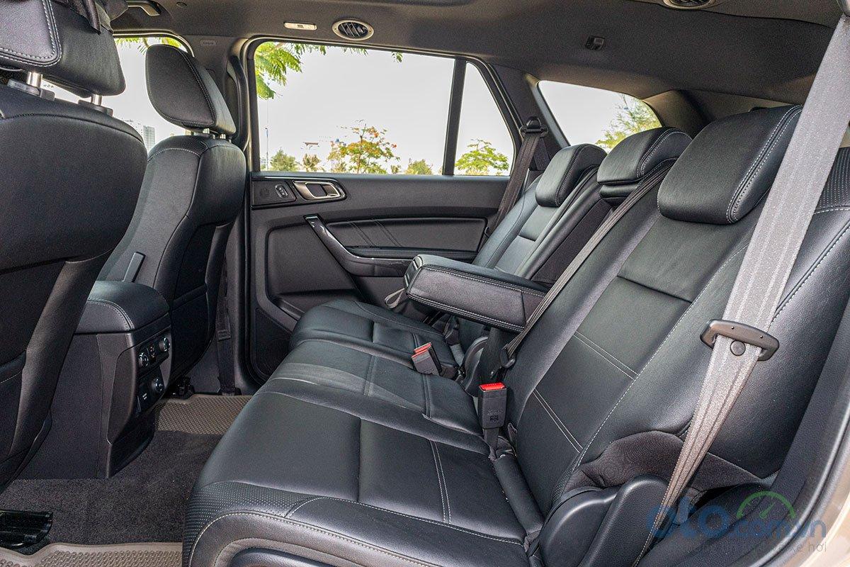 Đánh giá xe Ford Everest Titanium 2.0L Bi-Turbo 2019: Hàng ghế thứ 2 1.