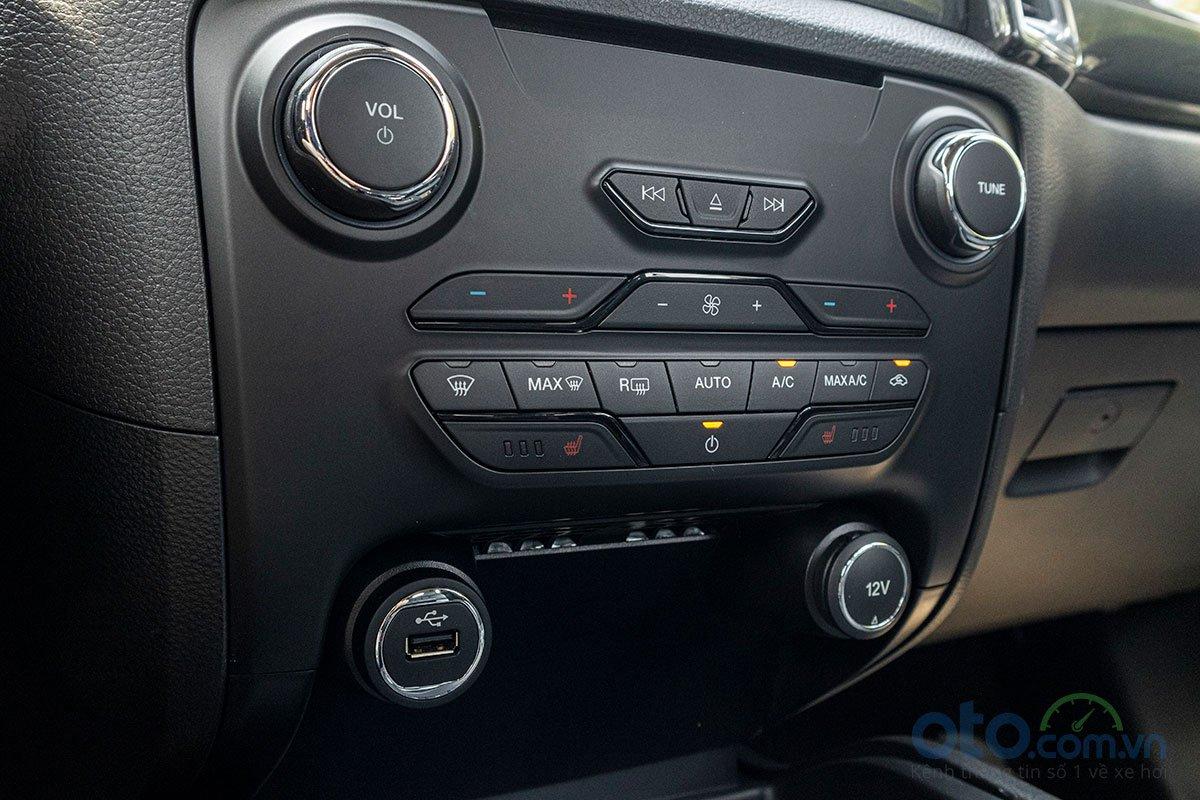 Đánh giá xe Ford Everest Titanium 2.0L Bi-Turbo 2019: Hệ thống điều hoà tự động 2 vùng độc lập.