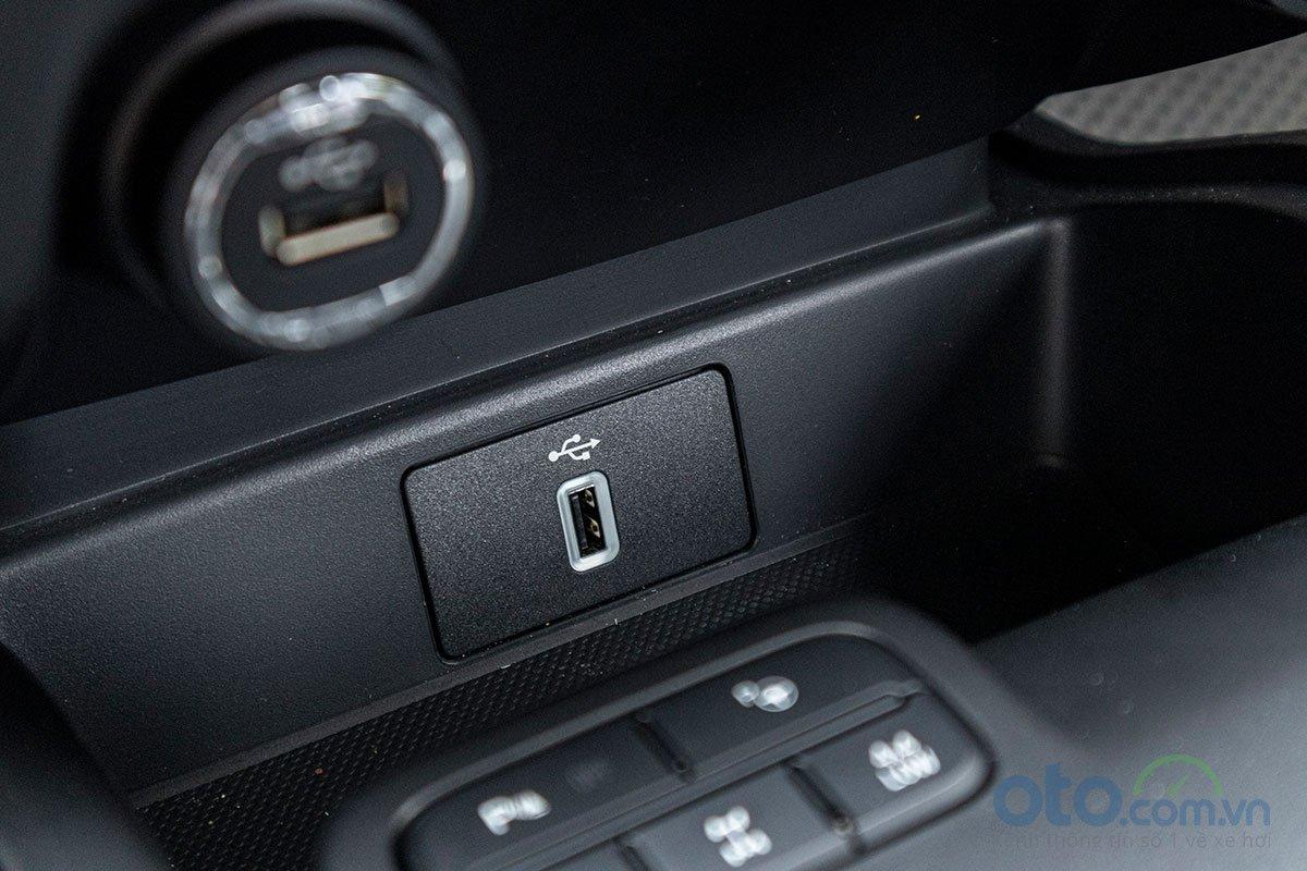 Đánh giá xe Ford Everest Titanium 2.0L Bi-Turbo 2019: Cổng kết nối Android Auto và Apple CarPlay.