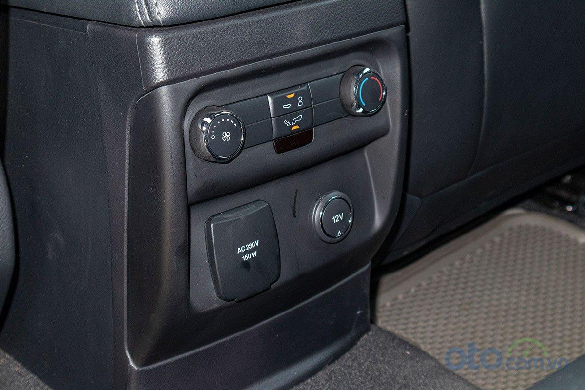 Đánh giá xe Ford Everest Titanium 2.0L Bi-Turbo 2019: Điều hoà chỉnh cơ cho 2 hàng ghế sau.