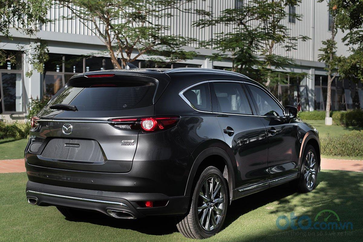 Đuôi xe Mazda CX-8 nổi bật với dải crôm chạy ngang nối liền cụm đèn hậu .