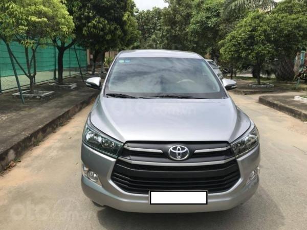 Cần bán xe Toyota Innova 2017 số sàn, màu bạc-1