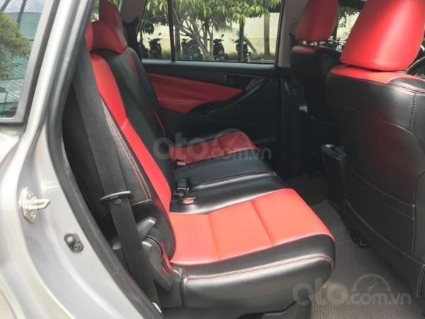 Cần bán xe Toyota Innova 2017 số sàn, màu bạc-6