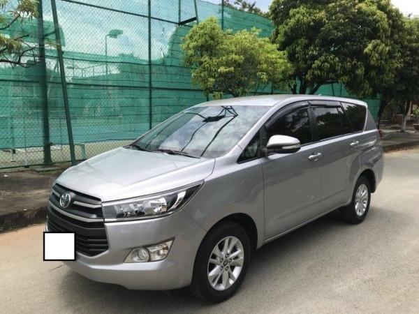 Cần bán xe Toyota Innova 2017 số sàn, màu bạc-10