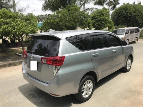 Cần bán xe Toyota Innova 2017 số sàn, màu bạc-8