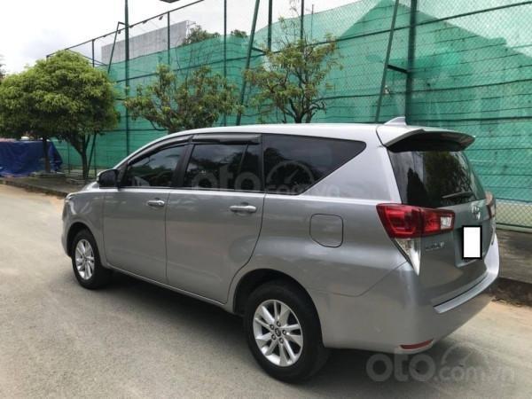 Cần bán xe Toyota Innova 2017 số sàn, màu bạc-0