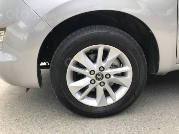 Cần bán xe Toyota Innova 2017 số sàn, màu bạc-9