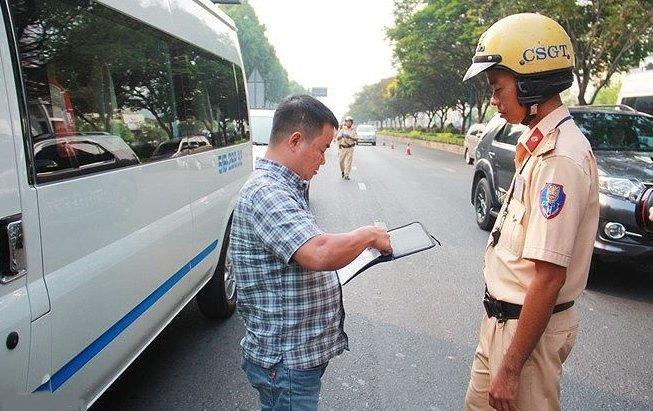 Điều khiển ô tô khi không có bằng lái xe sẽ bị phạt 4-6 triệu đồng.