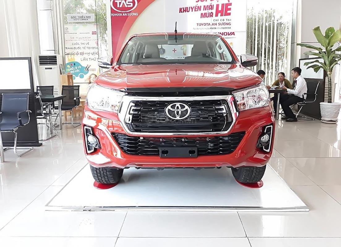 Bán xe Toyota Hilux 2.4E 4x2 AT đời 2019, màu đỏ, xe nhập-0