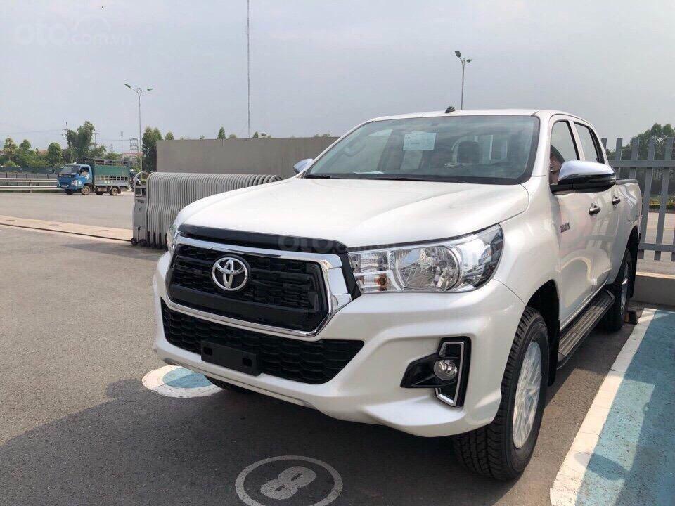 Toyota Hilux 2.4 (4x2), màu trắng ngọc trai, nhập Thái - khuyến mãi giảm tiền mặt khủng- tặng thêm phụ kiện (1)