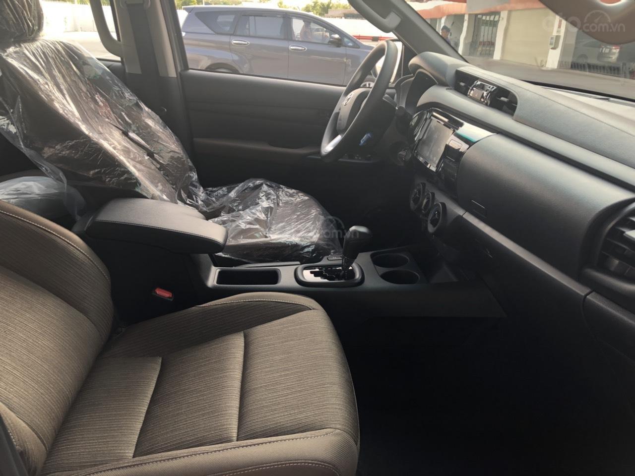 Toyota Hilux 2.4 (4x2), màu trắng ngọc trai, nhập Thái - khuyến mãi giảm tiền mặt khủng- tặng thêm phụ kiện (5)