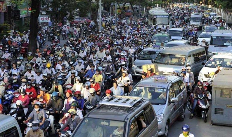 Tốc độ tối đa theo quy định đối với xe ô tô trong khu vực đông dân cư là 40 km/h.