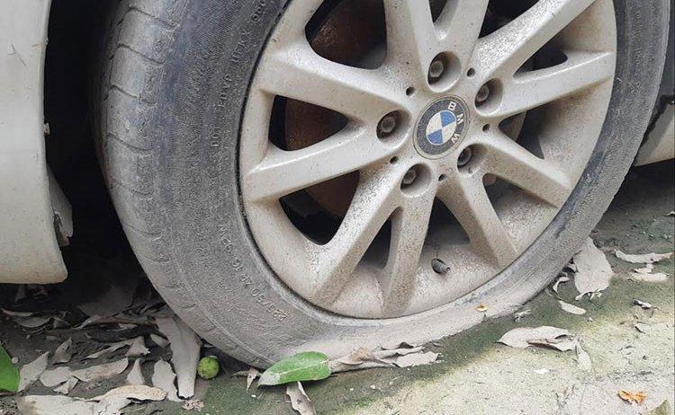 Xế sang BMW 3 Series đời cũ bị bỏ rơi tại Hà Nội 5a