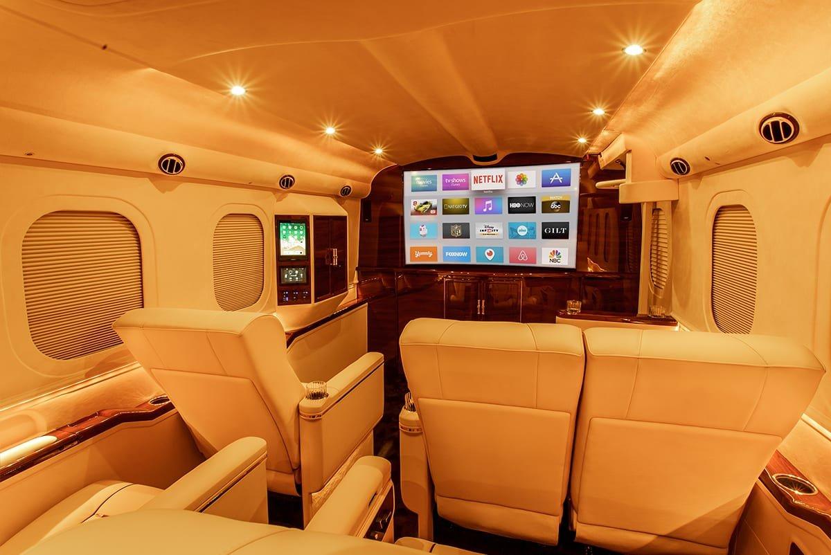 """Đột nhập """"ngôi nhà di động"""" mạ vàng 24k siêu sang của hãng độ xe Mỹ Lexani a6"""