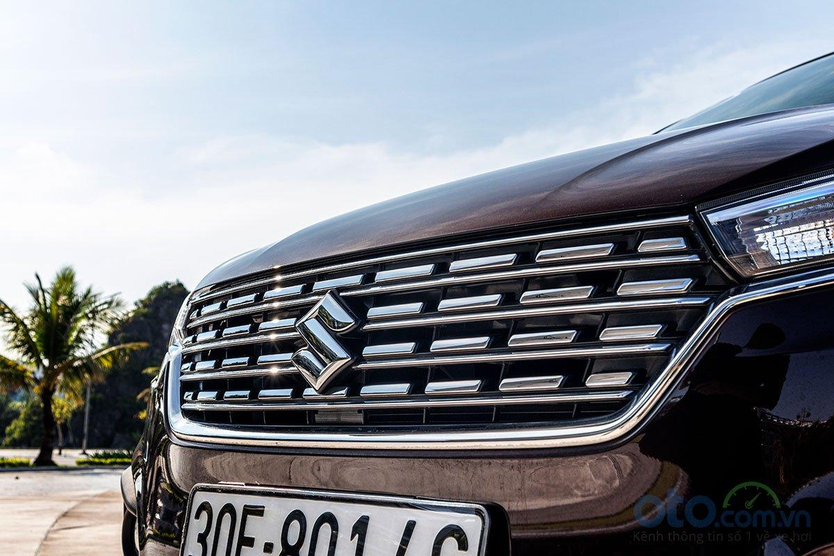 Đánh giá xe Suzuki Ertiga 2019: Lưới tản nhiệt được thiết kế liền mạch với cụm đèn pha.