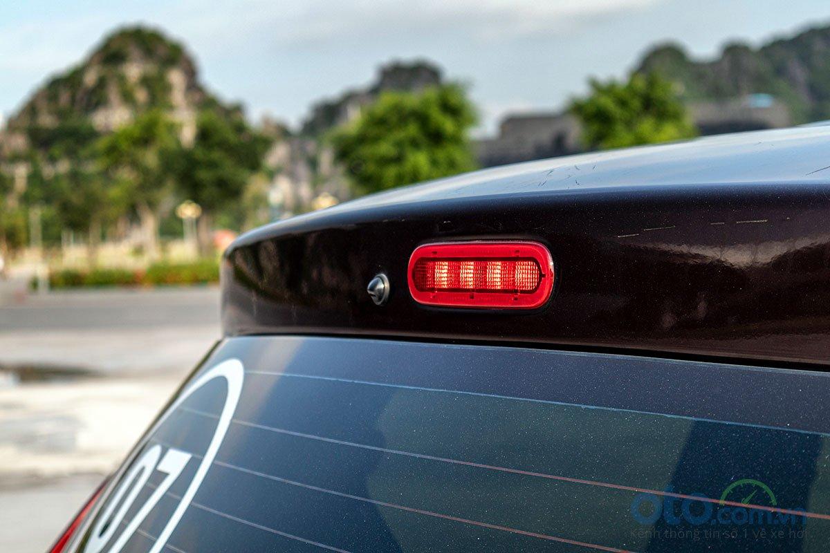 Đánh giá xe Suzuki Ertiga 2019: Đèn phanh phụ được bố trí trên cao.