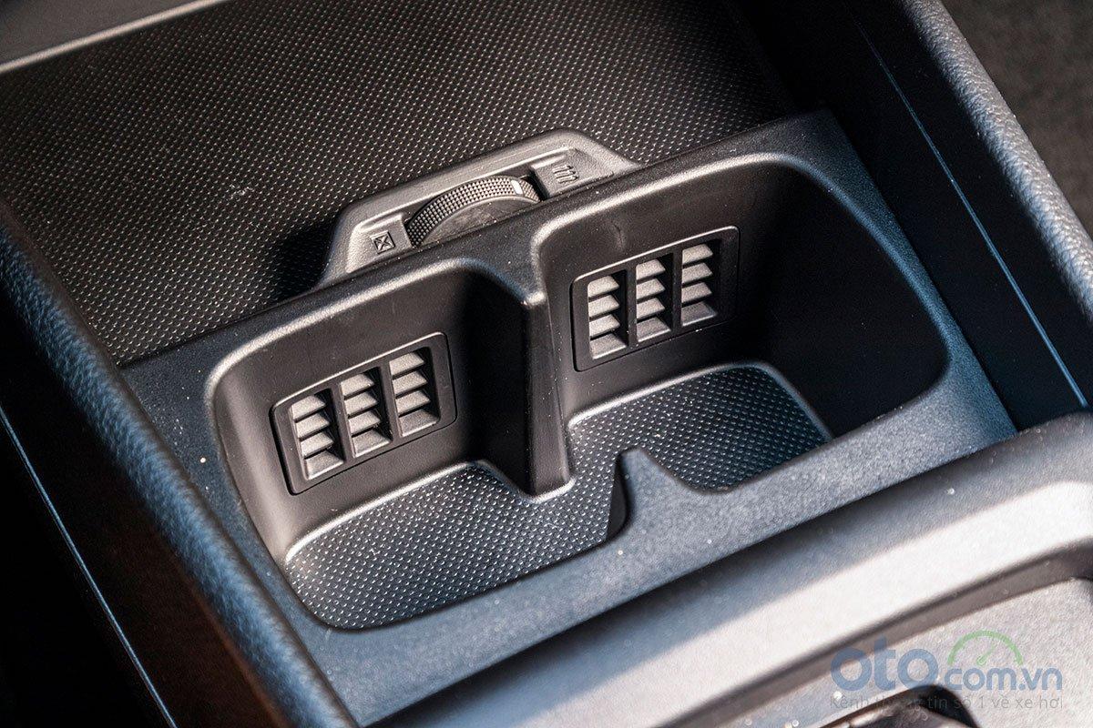 Đánh giá xe Suzuki Ertiga 2019: Khu vực để cốc có tính năng làm mát.