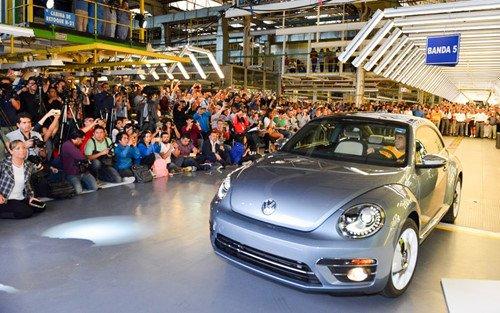 Chiếc Volkswagen Beetle cuối cùng rời dây chuyền sản xuất, kết thúc một cuộc đời  2a