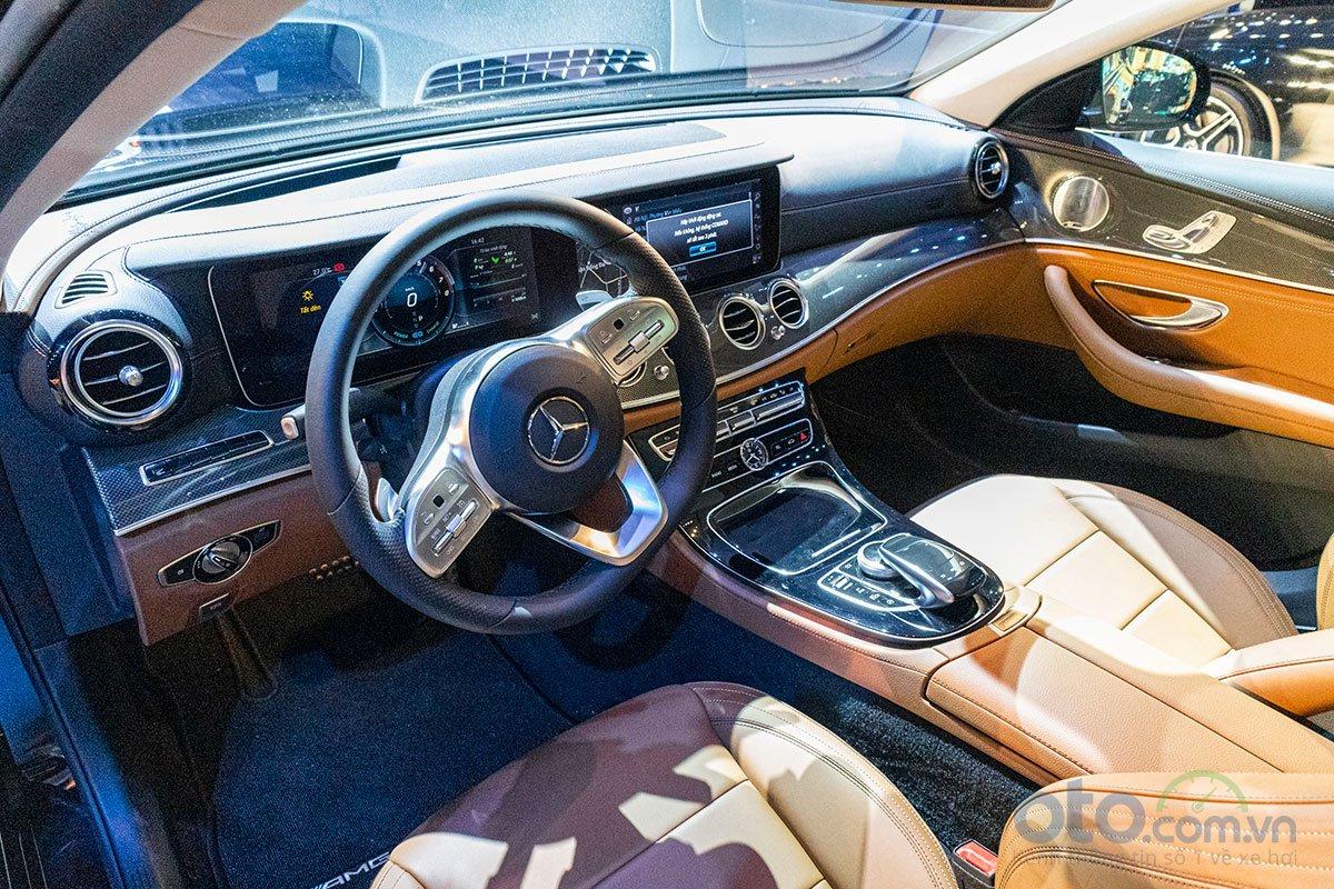 Nội thất của E 350 AMG tập trung vào các trang bị nhấn mạnh đến sự sang trọng và thể thao.