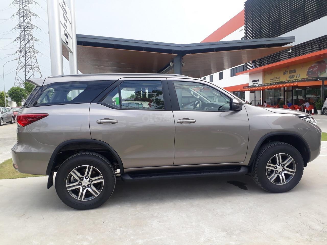 Bán Toyota Fortuner 2.4G số sàn, máy dầu 2019, màu đồng, hỗ trợ vay 85% thanh toán 240tr nhận ngay xe (4)