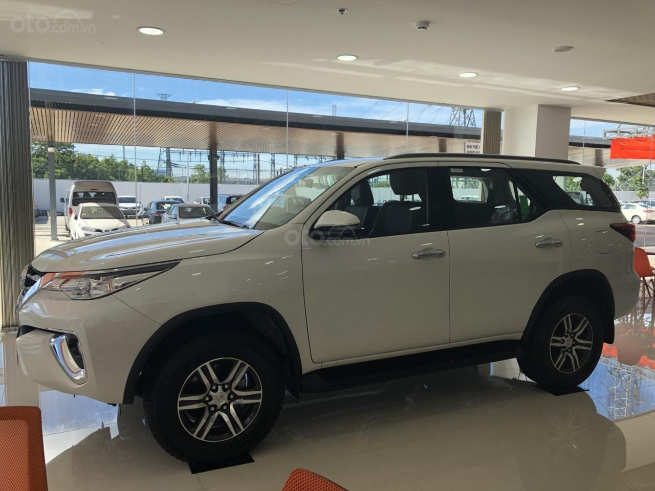Bán Toyota Fortuner 2.4G số tự động, máy dầu, màu trắng ngọc trai, vay 85%, trả 250tr nhận ngay xe (2)