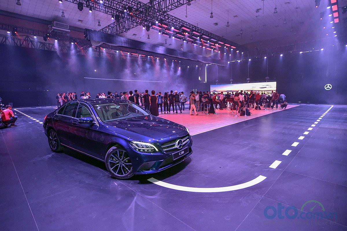 Một sàn catwalk cỡ lớn được thiết kế tại Mercedes-Benz Fascination 2019.