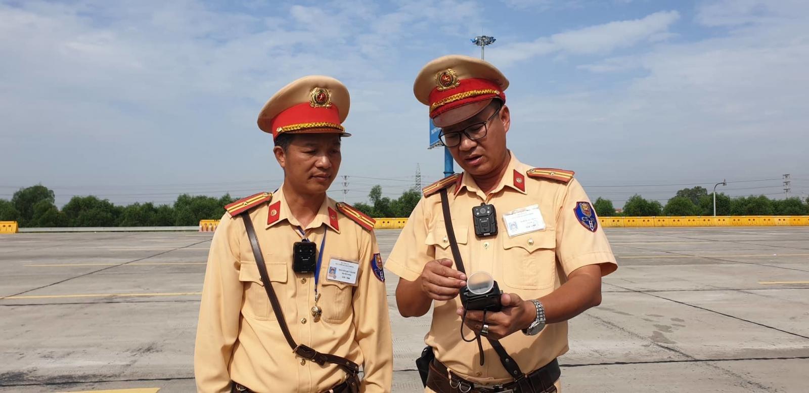 CSGT thử nghiệm gắn camera trước ngực ngay trong ngày ra quân kiểm tra đầu tiên 2a
