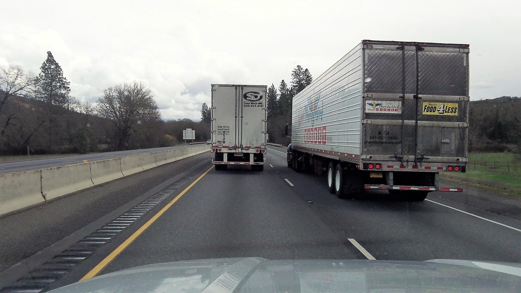 Giữ khoảng cách với xe tải.