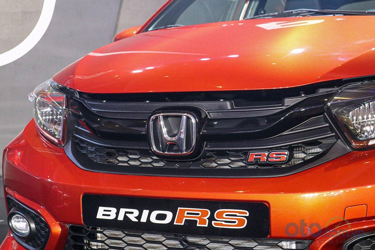 Đánh giá xe Honda Brio 2019: Phiên bản RS lưới tản nhiệt được sơn đen bóng với logo RS phía dưới.