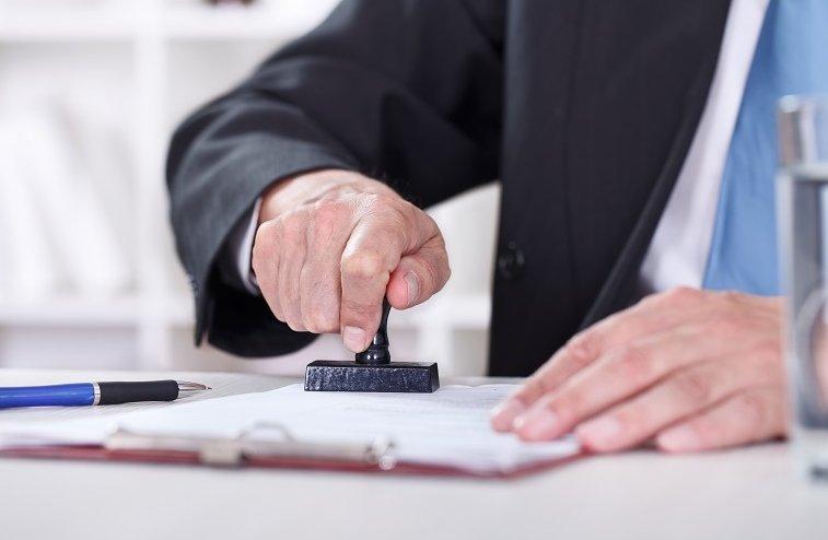 Thông tin trong mẫu hợp đồng mua bán xe ô tô cần được liệt kê chi tiết, chính xác.